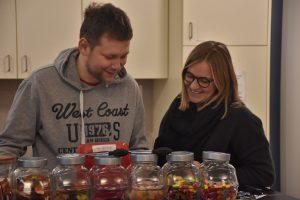 Jugendreferentin Leona Effertz mit einem Betreuer des Schülercafés Aloys (Foto: Annette Schüller)