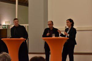 Pater Philipp Meyer und Maria Mesrian traten in den Dialog mit dem Publikum, moderiert von Pfarrer Dr. Wolfgang Reuter (rechts).
